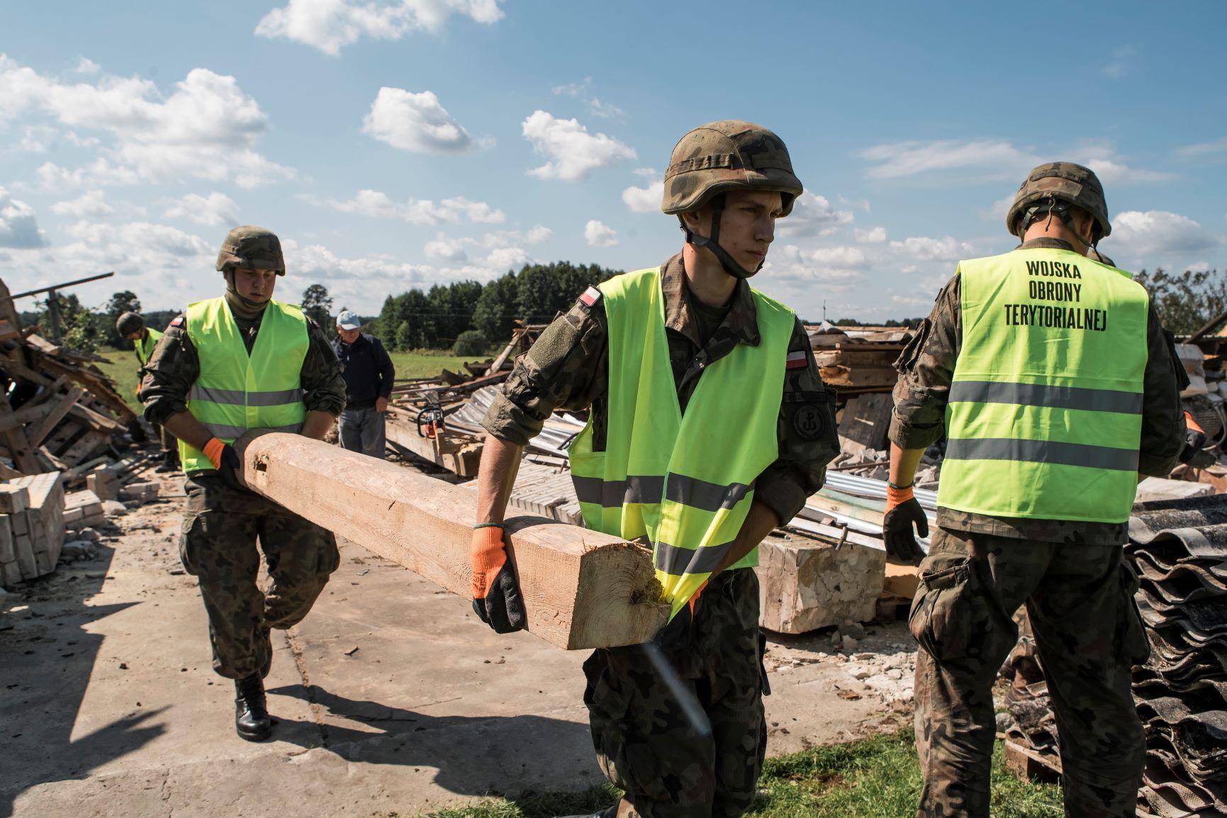 Województwo lubelskie: Terytorialsi pomagają w usuwaniu skutków nawałnic - Zdjęcie główne