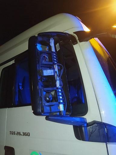 Pijany kierowca cysterny wjechał na krawężnik i uszkodził dwie latarnie - Zdjęcie główne