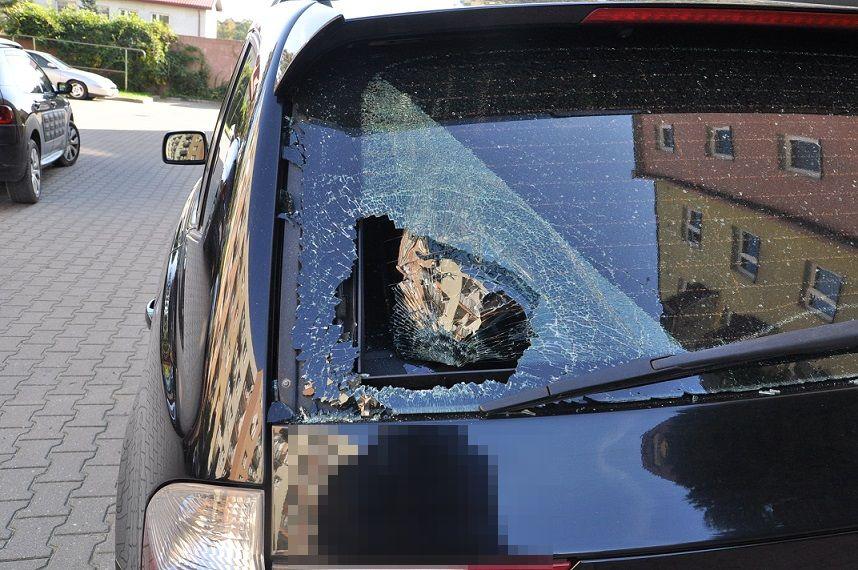 Biała Podlaska: Wybił szybę w przypadkowym samochodzie, bo był pijany i zdenerwowany - Zdjęcie główne