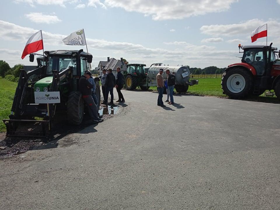 Trwa blokada.Rolnicy czekają na przyjazd lidera Agrounii Michała Kołodziejczaka (ZDJĘCIA) - Zdjęcie główne