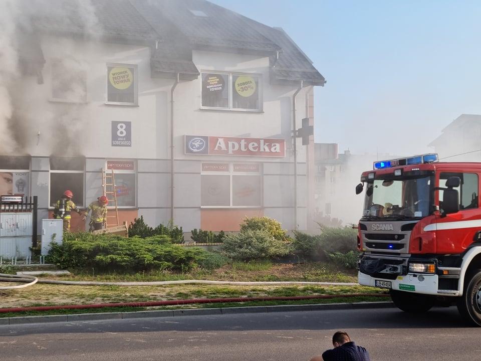 Pożar wybuchł rano. Paliła się apteka i sklep z używaną odzieżą - Zdjęcie główne