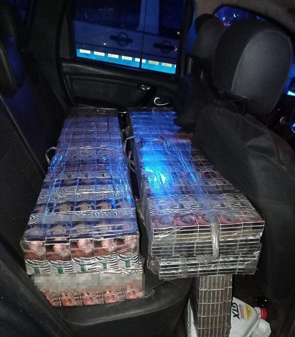 Kobylany: Wpadł z kontrabandą. 2,5 tysiąca paczek papierosów trzymał w samochodzie - Zdjęcie główne