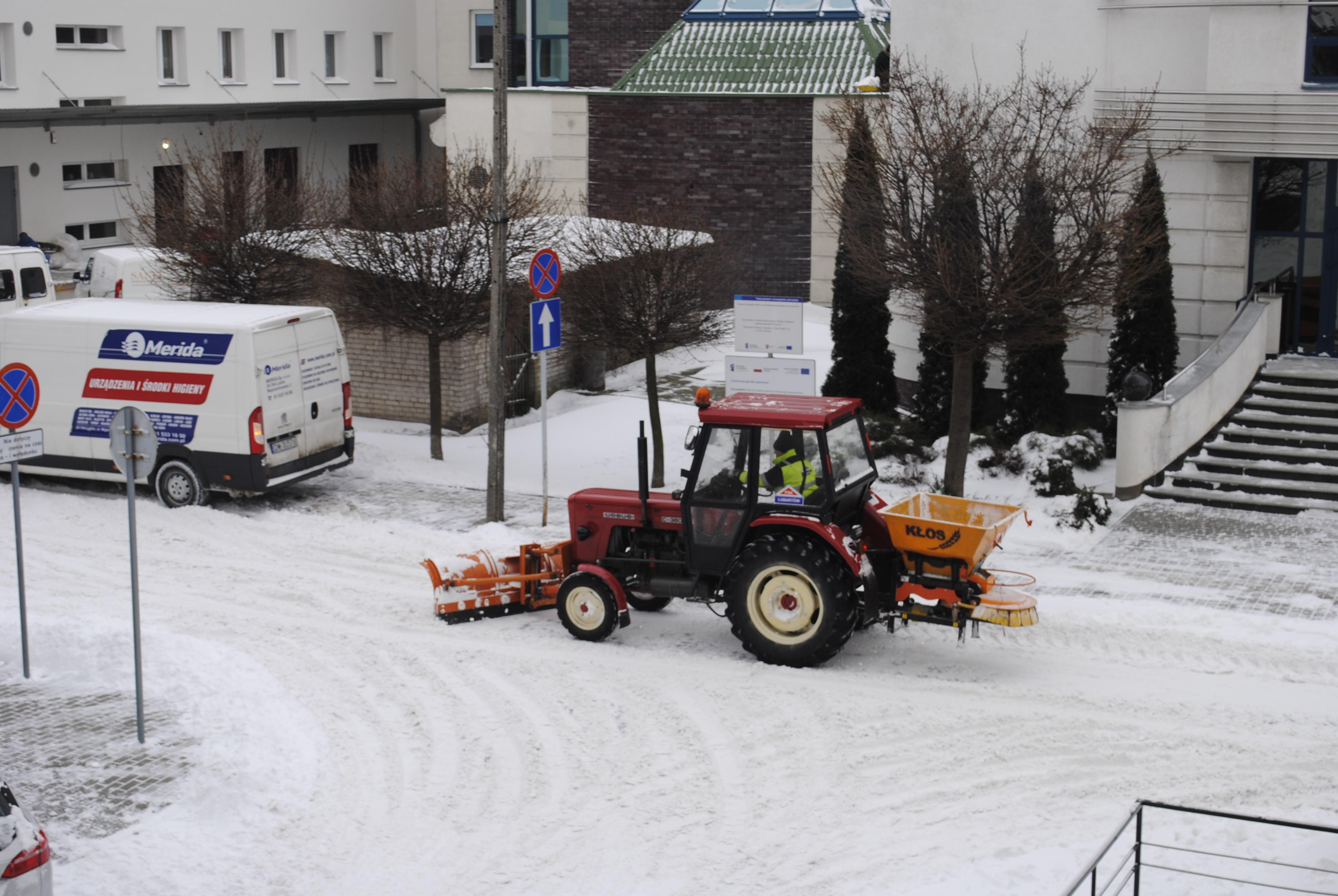 Lubartów po śnieżycy: pługi śnieżne i łopaty poszły w ruch - Zdjęcie główne