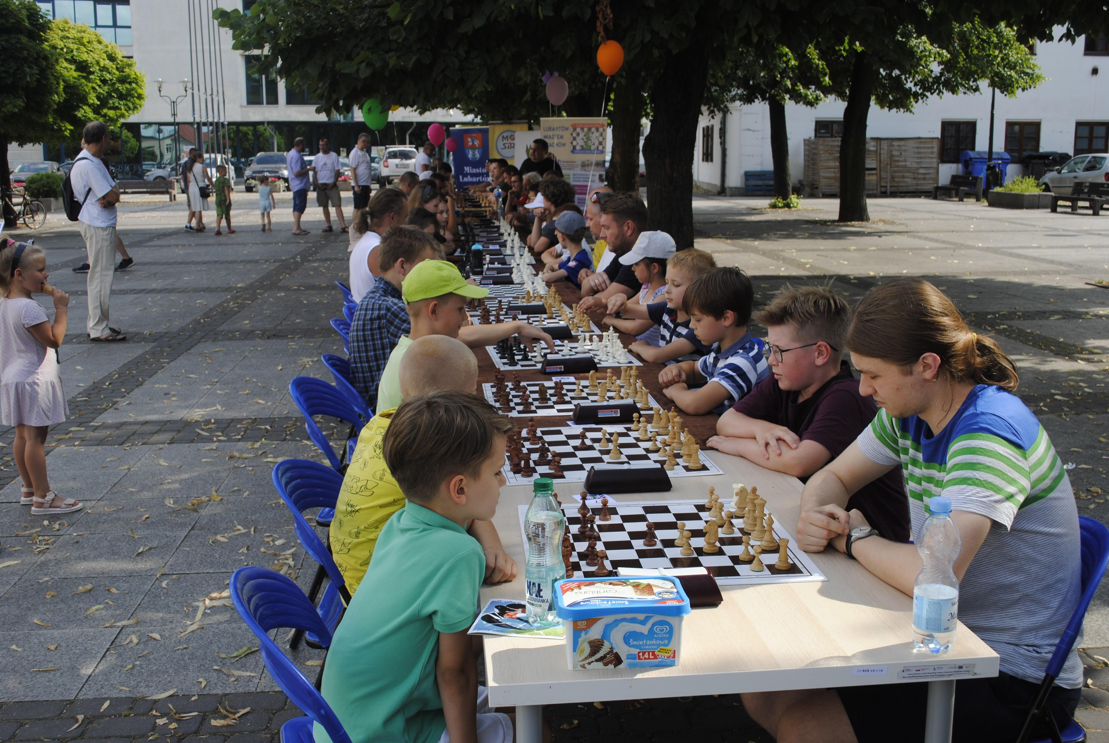 Międzynarodowy Dzień Szachów w Lubartowie. Grają zawodnicy z całej Polski - Zdjęcie główne