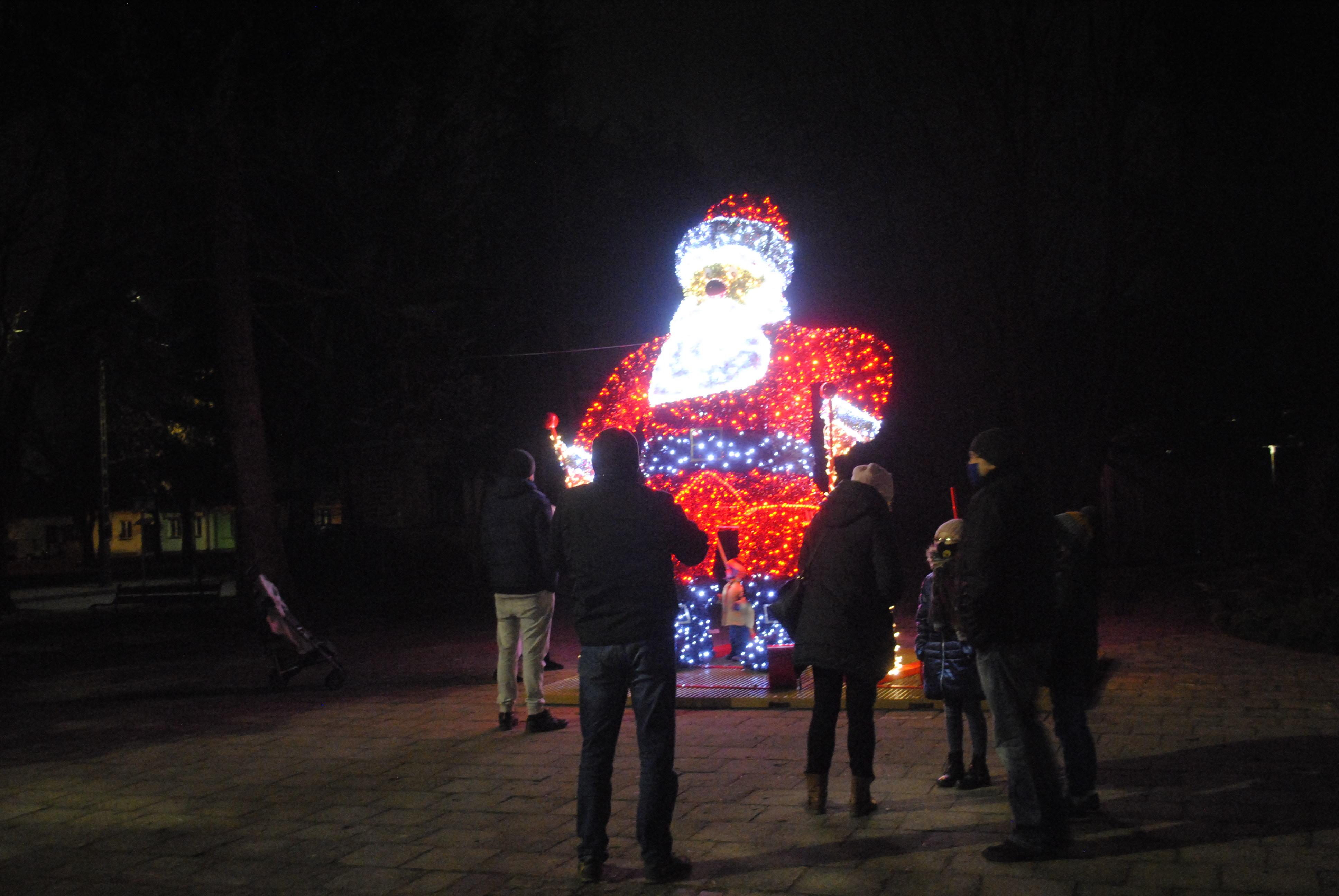 Rozświetlony Mikołaj w centrum Lubartowa - Zdjęcie główne