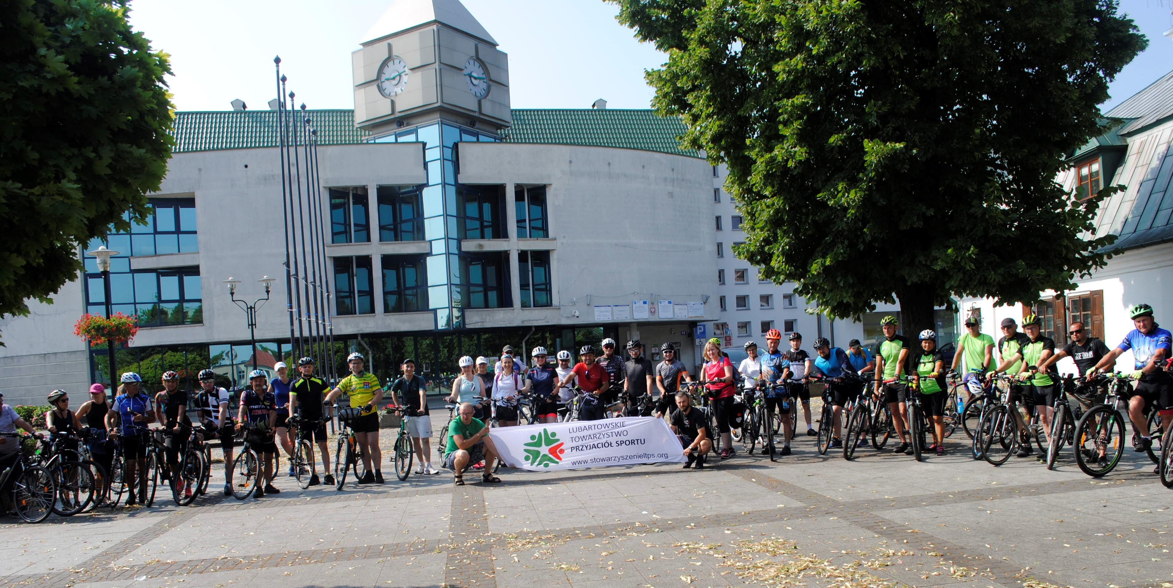 Pół setki rowerzystów wyruszyło z Lubartowa. Mają do wyboru trasę 50 lub 100 kilometrów - Zdjęcie główne