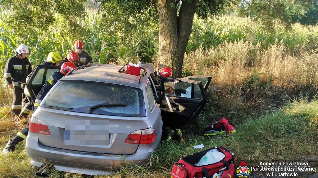 BMW uderzyło w drzewo pod Samoklęskami, cztery osoby poszkodowane - Zdjęcie główne