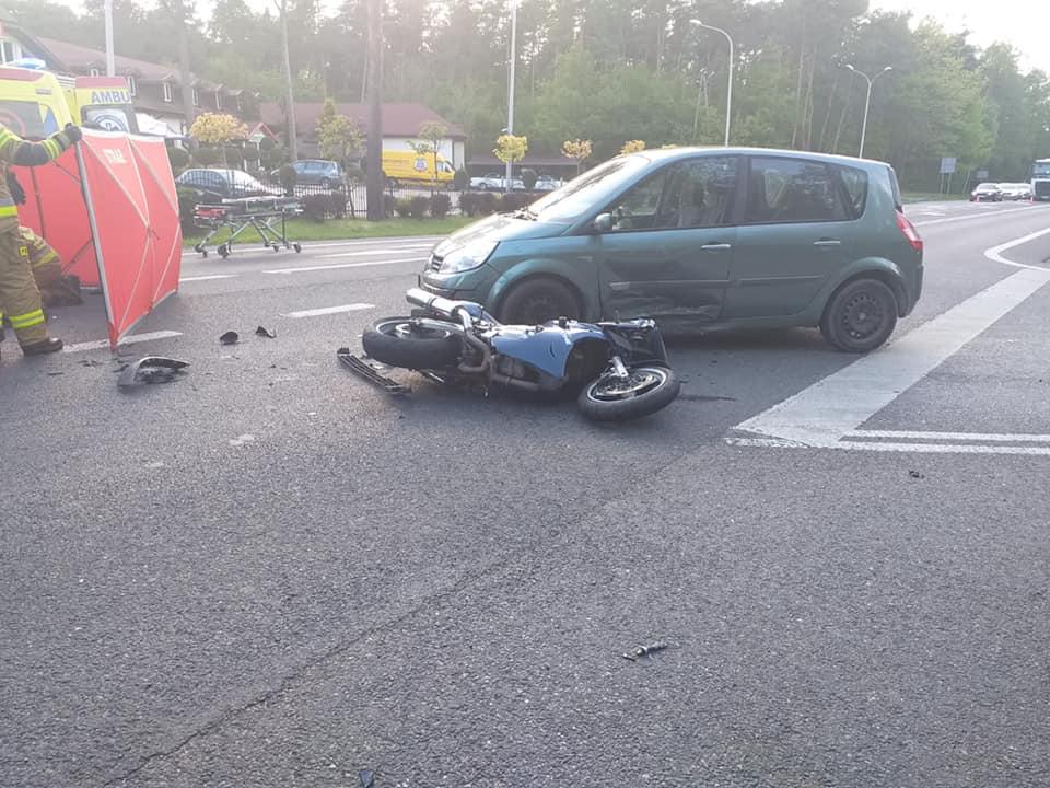 W Firleju motocyklista ucierpiał w zderzeniu  z samochodem. Zabrał go śmigłowiec - Zdjęcie główne