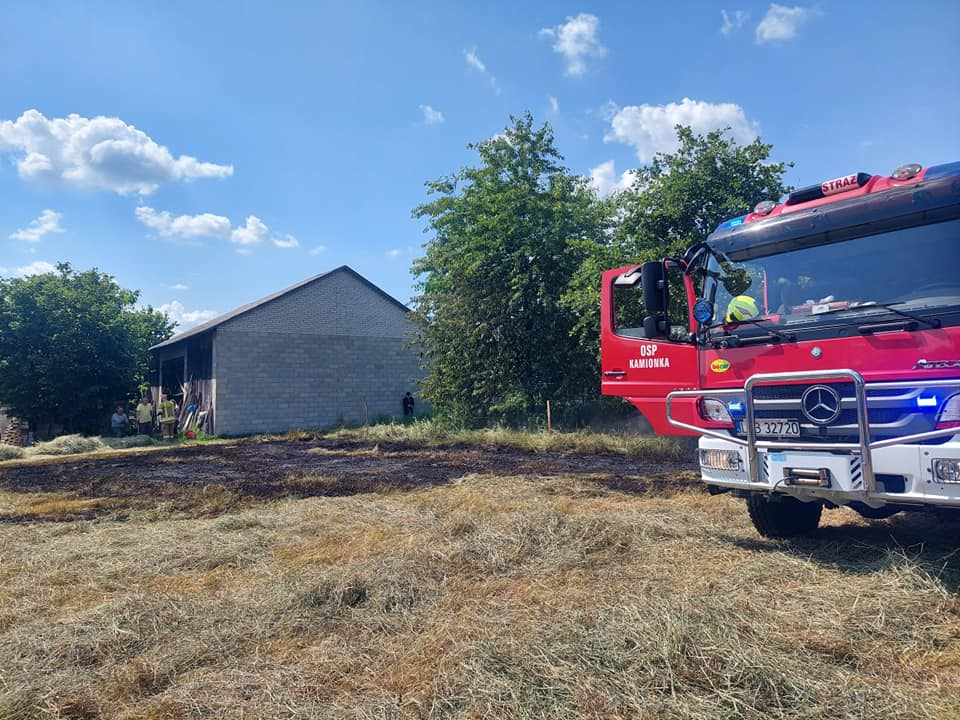 W Kierzkówce zapaliło się siano. Gasili strażacy zawodowi i ochotnicy - Zdjęcie główne