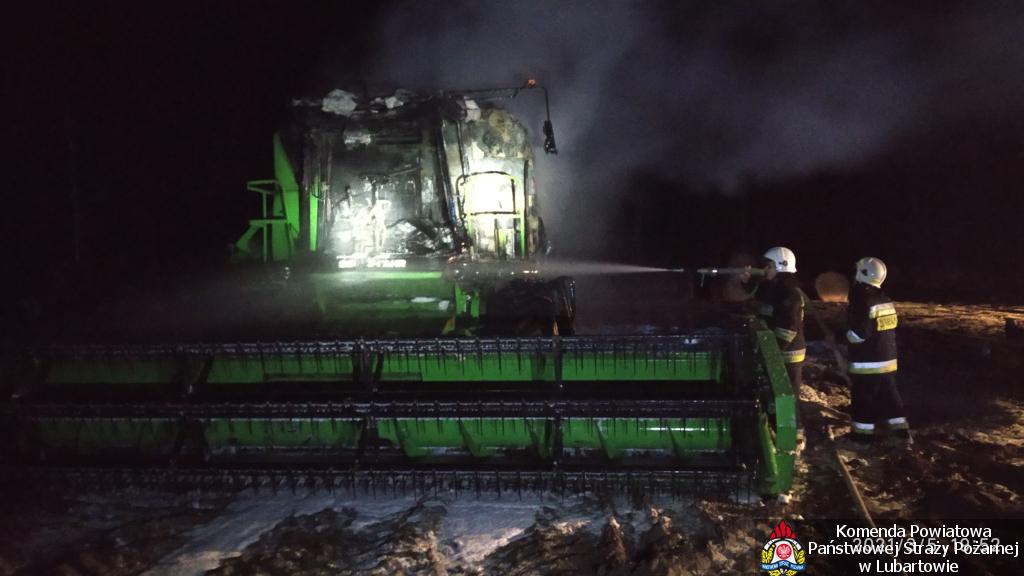 Kombajn w ogniu w Ostrowie Lubelskim - Zdjęcie główne