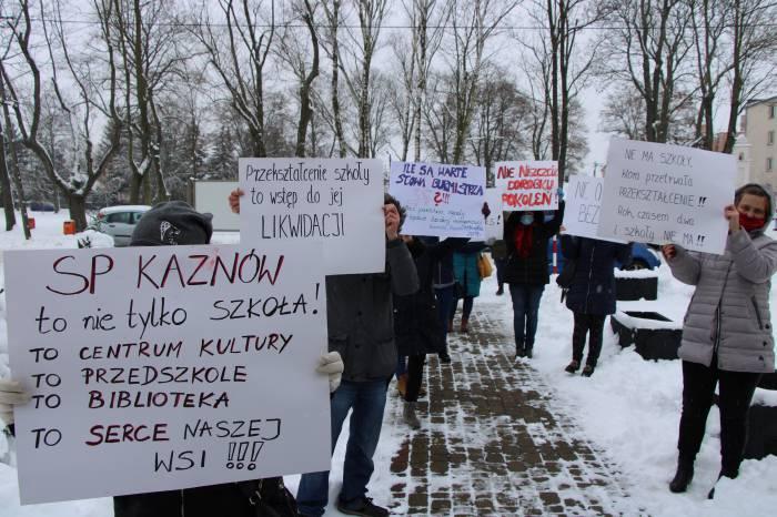 Bunt rodziców z Kaznowa i Kolechowic: nasze dzieci w Ostrowie wyzywali od wieśniaków - Zdjęcie główne