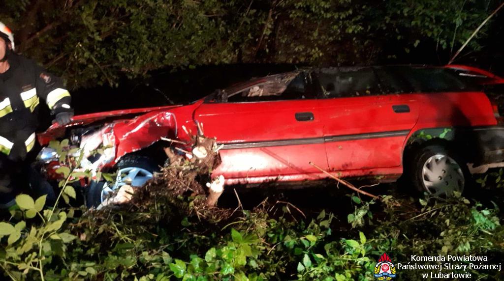 Opel wjechał do rowu w Lubartowie, kierowca znalazł się pod wodą - Zdjęcie główne
