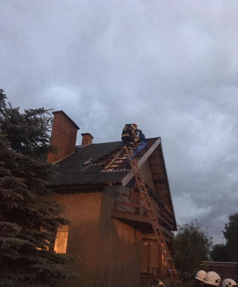 Pierwsze skutki burzy - zerwany dach w Tarle Kolonii - Zdjęcie główne