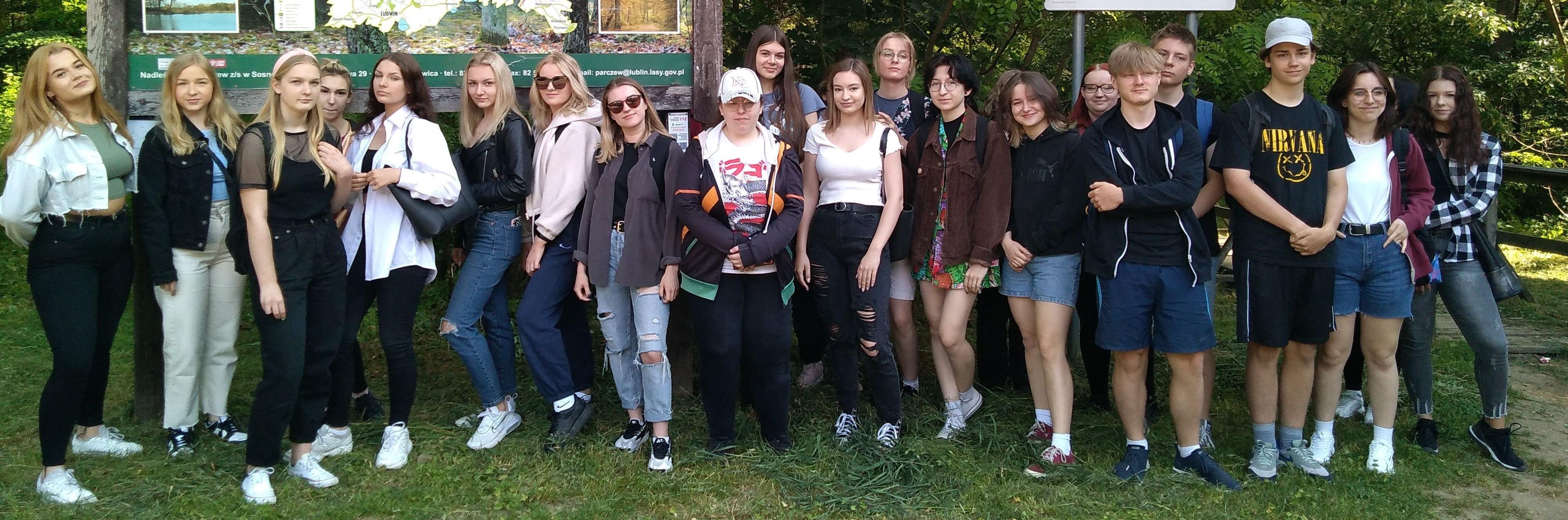 Uczniowie II LO w Lubartowie nad Bobrówką - Zdjęcie główne