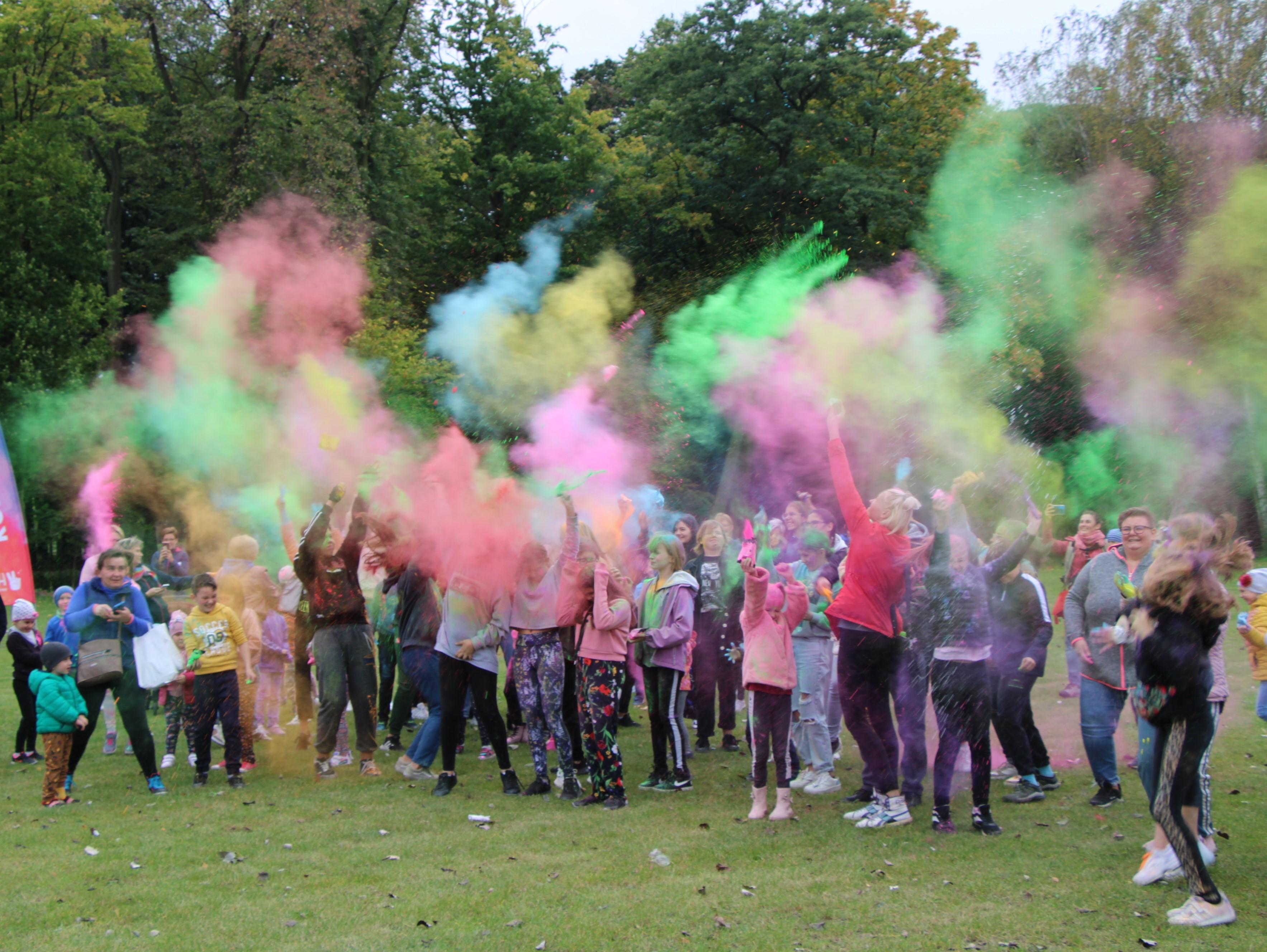 Sportowo  i kolorowo w lubartowskim parku. MOSiR Lubartów przygotował atrakcje dla starszych i młodszych - Zdjęcie główne
