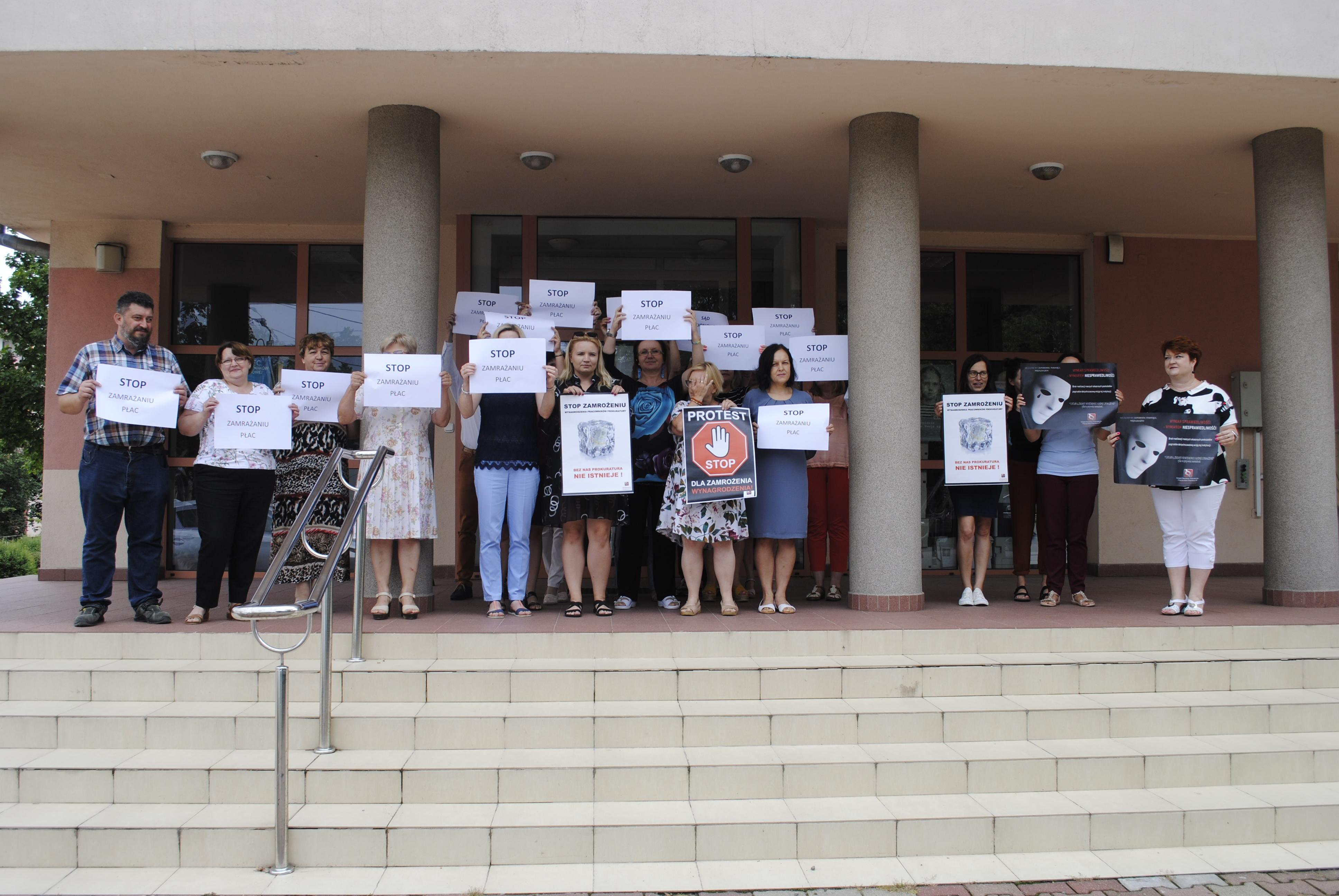 Pracownicy prokuratury i sądu w Lubartowie protestują przeciw zamrożeniu płac - Zdjęcie główne