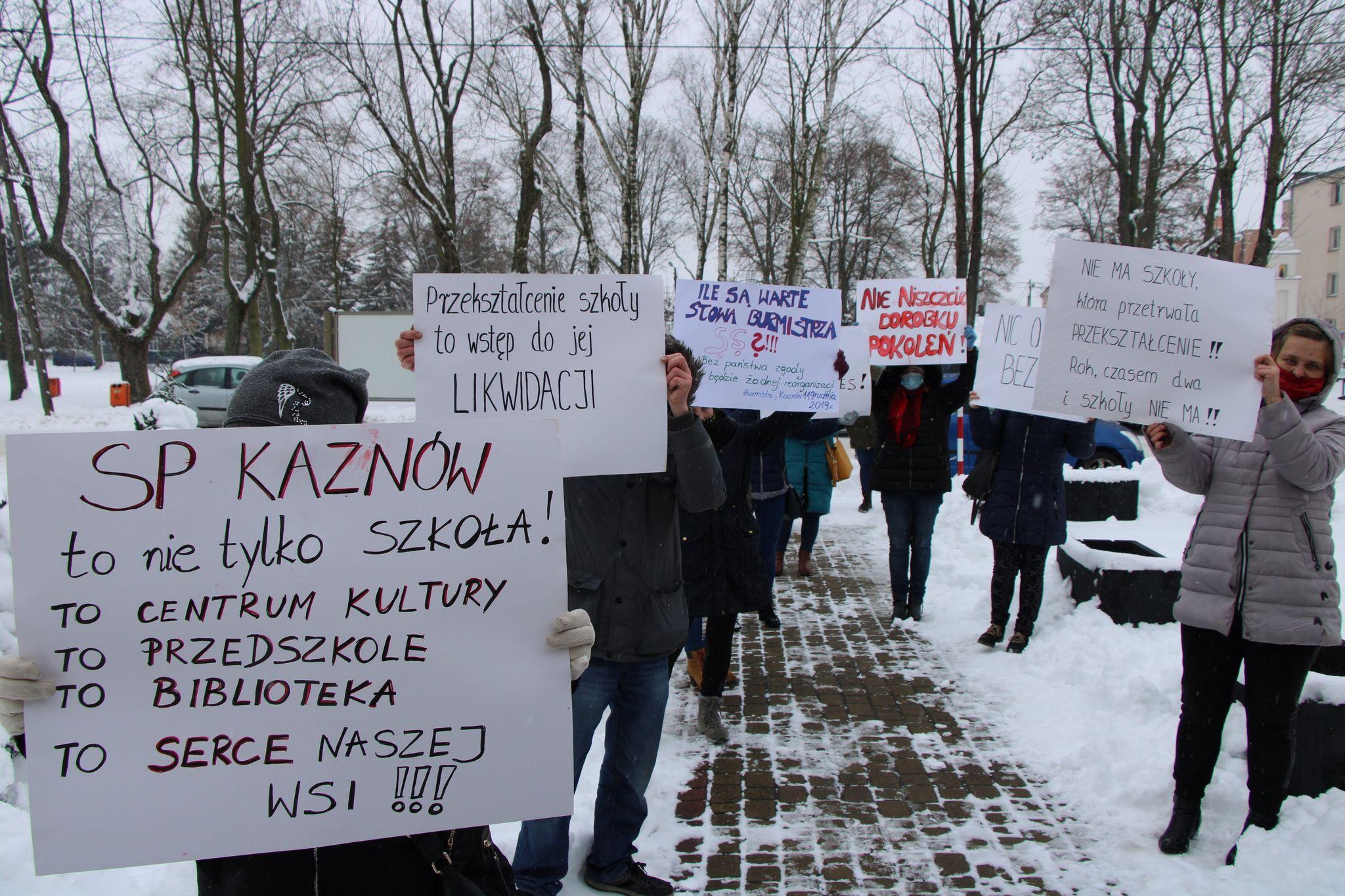 Ostrów Lub.: Radni poparli pomysł przekształcenia szkół. Protest rodziców - Zdjęcie główne