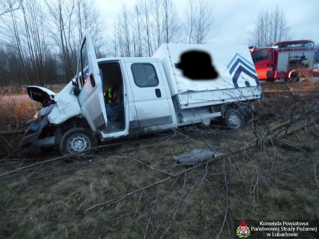 Fiat wjechał do rowu w Leszkowicach. Kierowca zabrany do szpitala - Zdjęcie główne