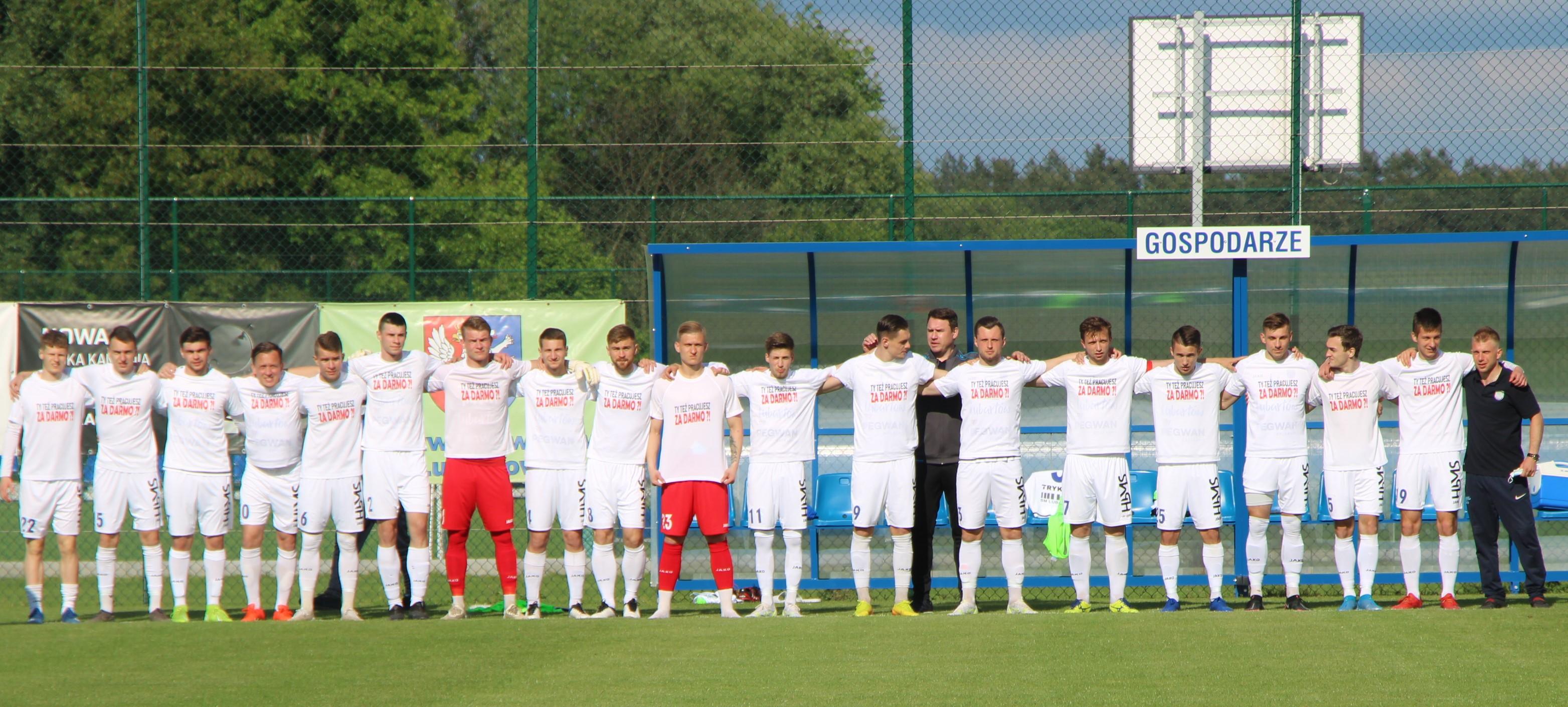 """Protest piłkarzy Lewartu Lubartów. Wyszli w koszulkach """"Ty też pracujesz za darmo?"""" - Zdjęcie główne"""