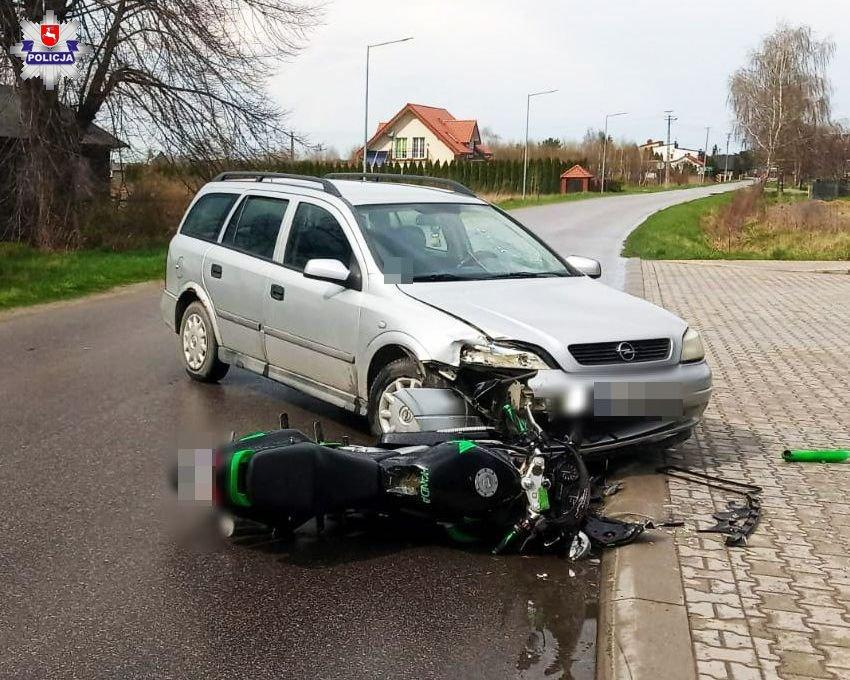 Skrobów: Zderzenie motocyklisty z osobówką. Kierująca oplem nie ustąpiła pierwszeństwa - Zdjęcie główne