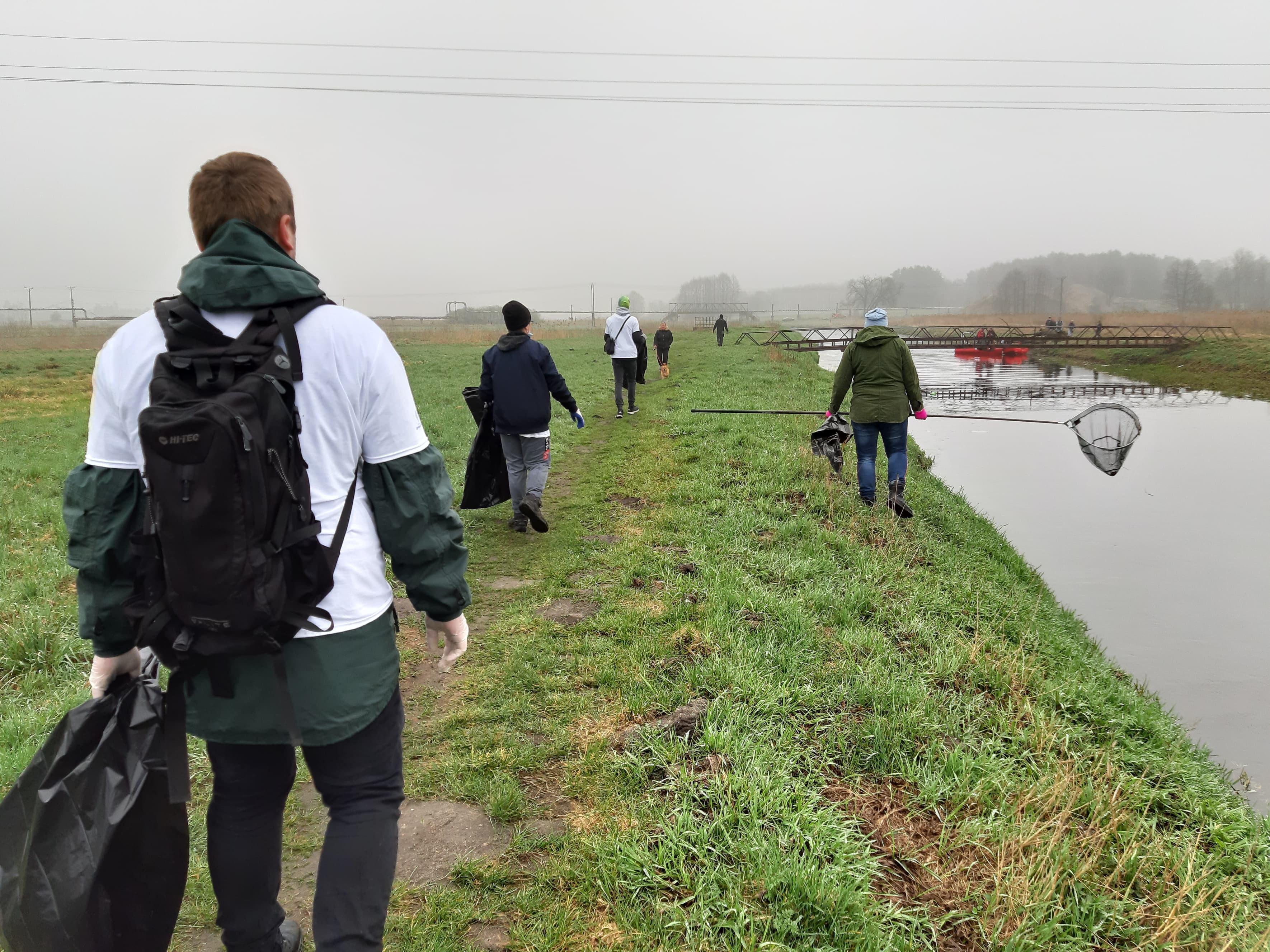 """Wolontariusze posprzątali teren nad rzeką. """"Zatrważająca ilość śmieci"""" - Zdjęcie główne"""
