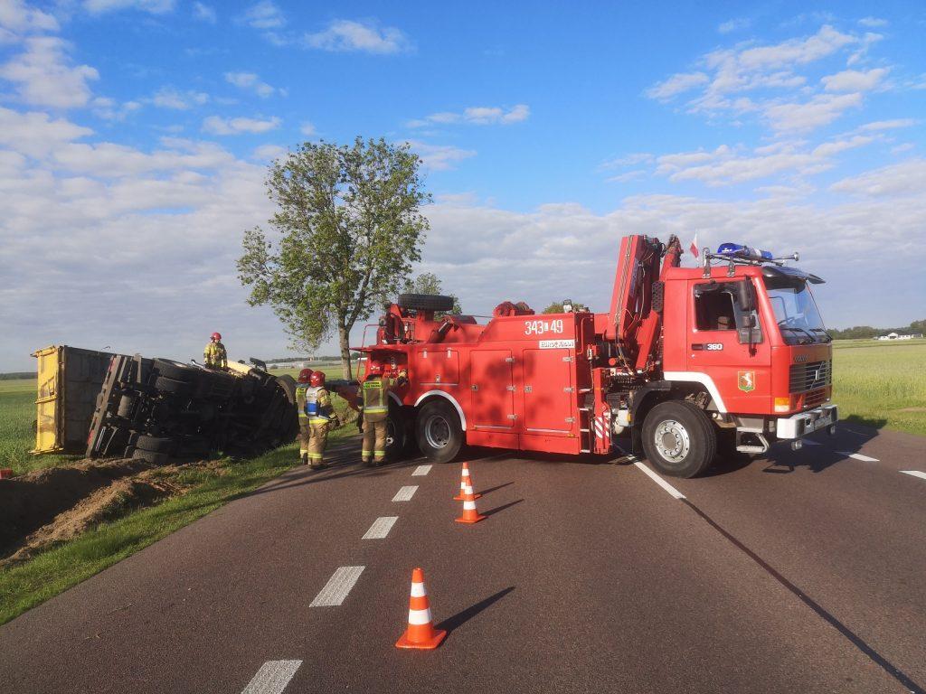 Wystrzeliła opona w pojeździe, ciężarówka skończyła w rowie - Zdjęcie główne