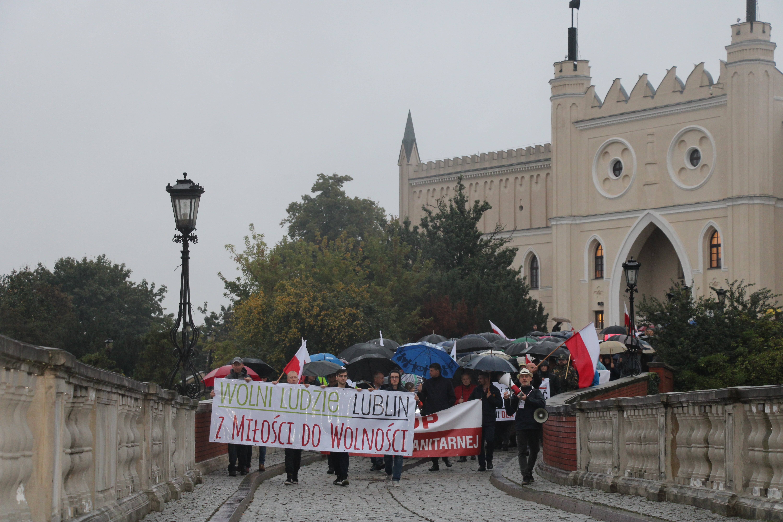 Lublin: Przeciwnicy szczepień przeszli przez miasto: Po naszej stronie jest prawda i wolność - Zdjęcie główne