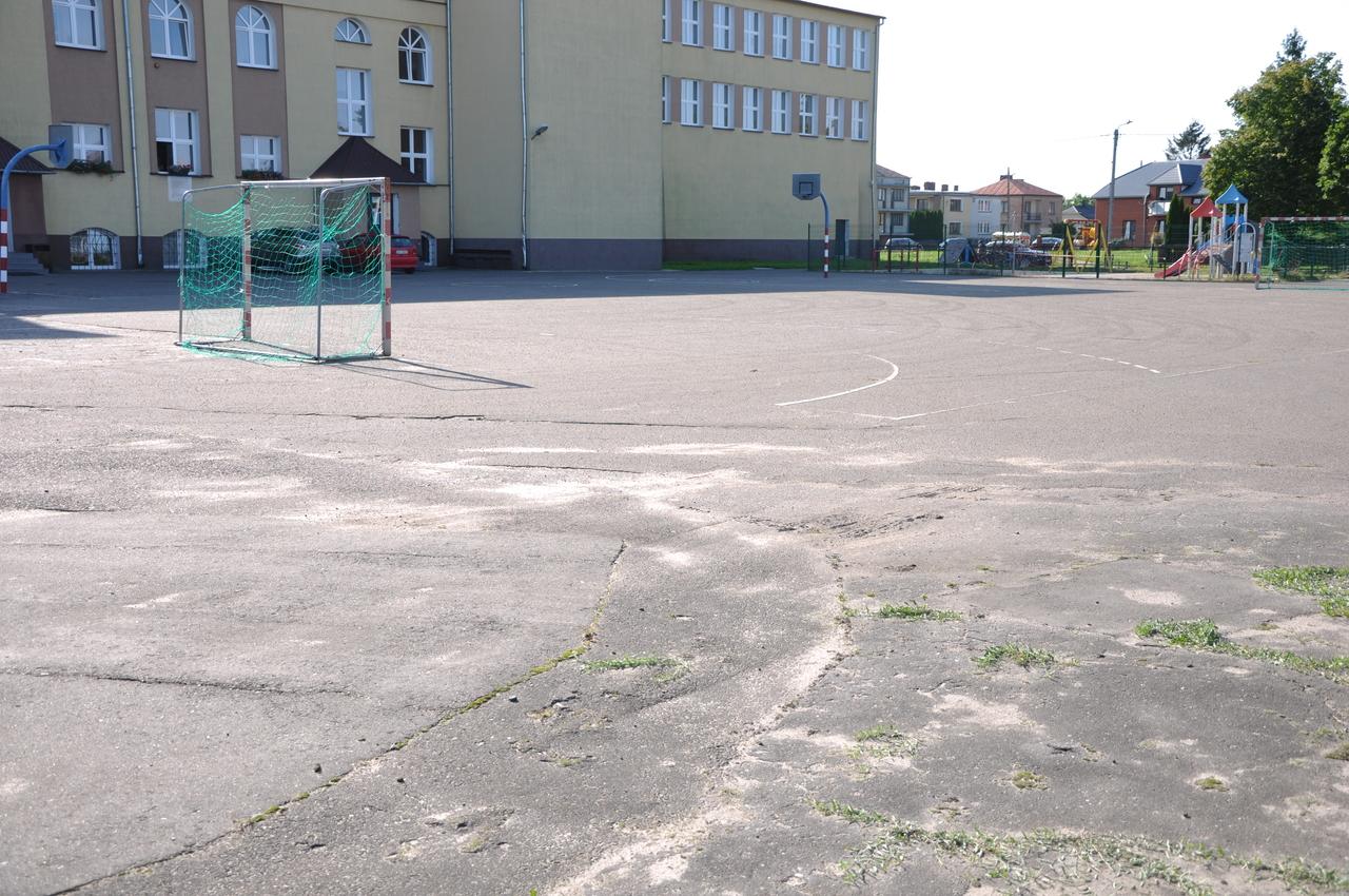 Międzyrzec Podlaski: Stara hala i niebezpieczne boisko - Zdjęcie główne