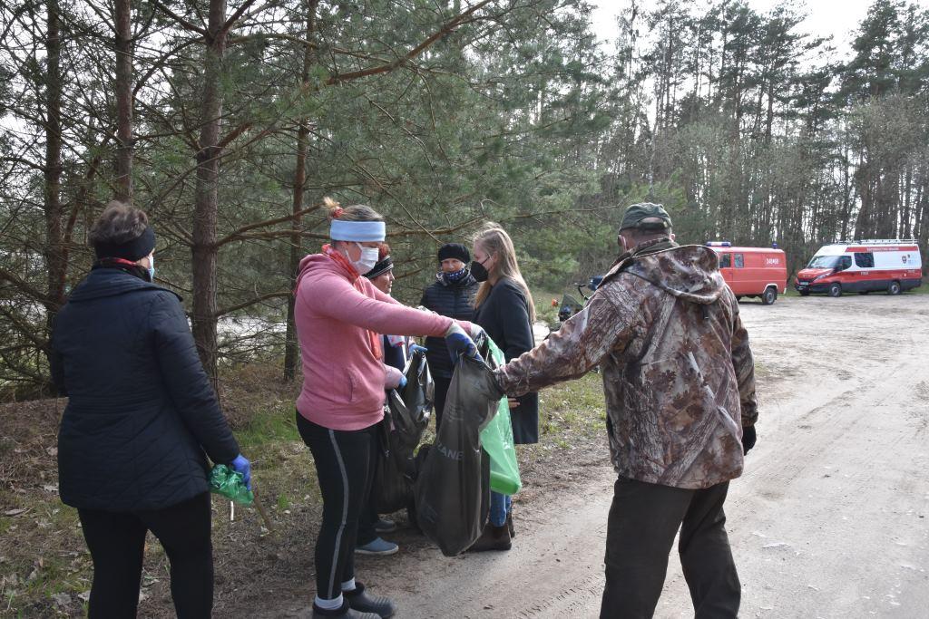 Gm. Międzyrzec :  Sprzątali lasy w ramach Światowego Dnia Ziemi (ZDJĘCIA) - Zdjęcie główne