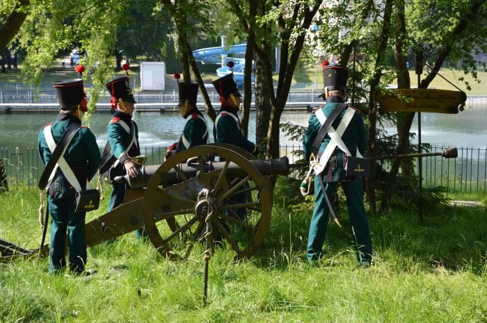 Salwa armatnia, koncerty i pokazy wojskowe na Pikniku Weterana - Zdjęcie główne