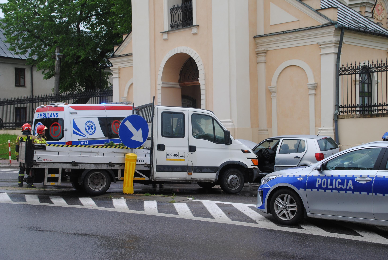 Opole Lubelskie: Zderzenie dwóch samochodów przy kościele (ZDJĘCIA) - Zdjęcie główne