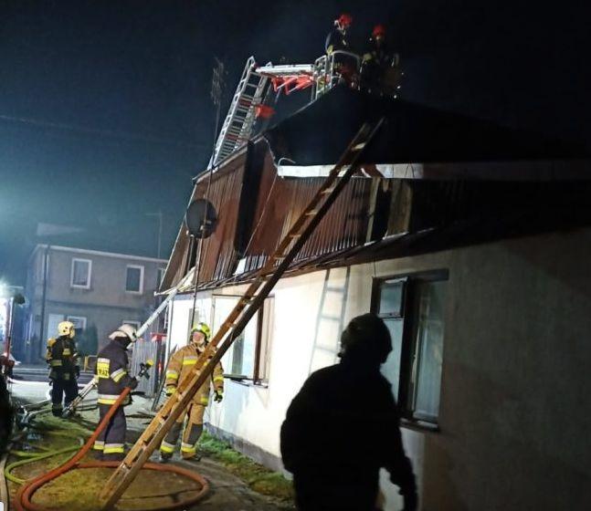 Parczew: W drewnianym domu wybuchł pożar - Zdjęcie główne
