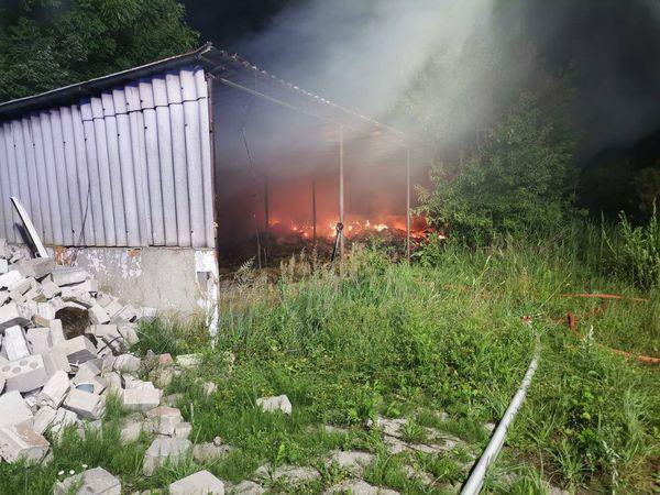 Parczew: Paliła się wiata wypełniona belami słomy - Zdjęcie główne