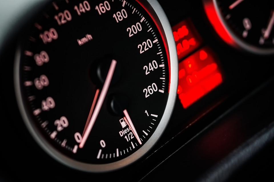 Młody kierowca przyspieszył po ominięciu kontroli drogowej. Kosztowało go to prawo jazdy - Zdjęcie główne