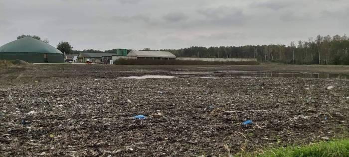 Pod Parczewem plastik wychodzi z ziemi - Zdjęcie główne