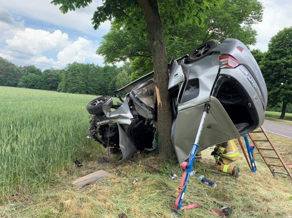 Gmina Parczew: Honda wjechała w drzewo - Zdjęcie główne
