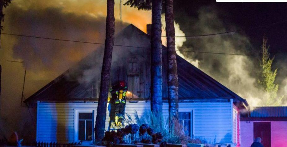 Parczew: W środku nocy w drewnianym domu wybuchł pożar. Szybko się rozprzestrzeniał - Zdjęcie główne