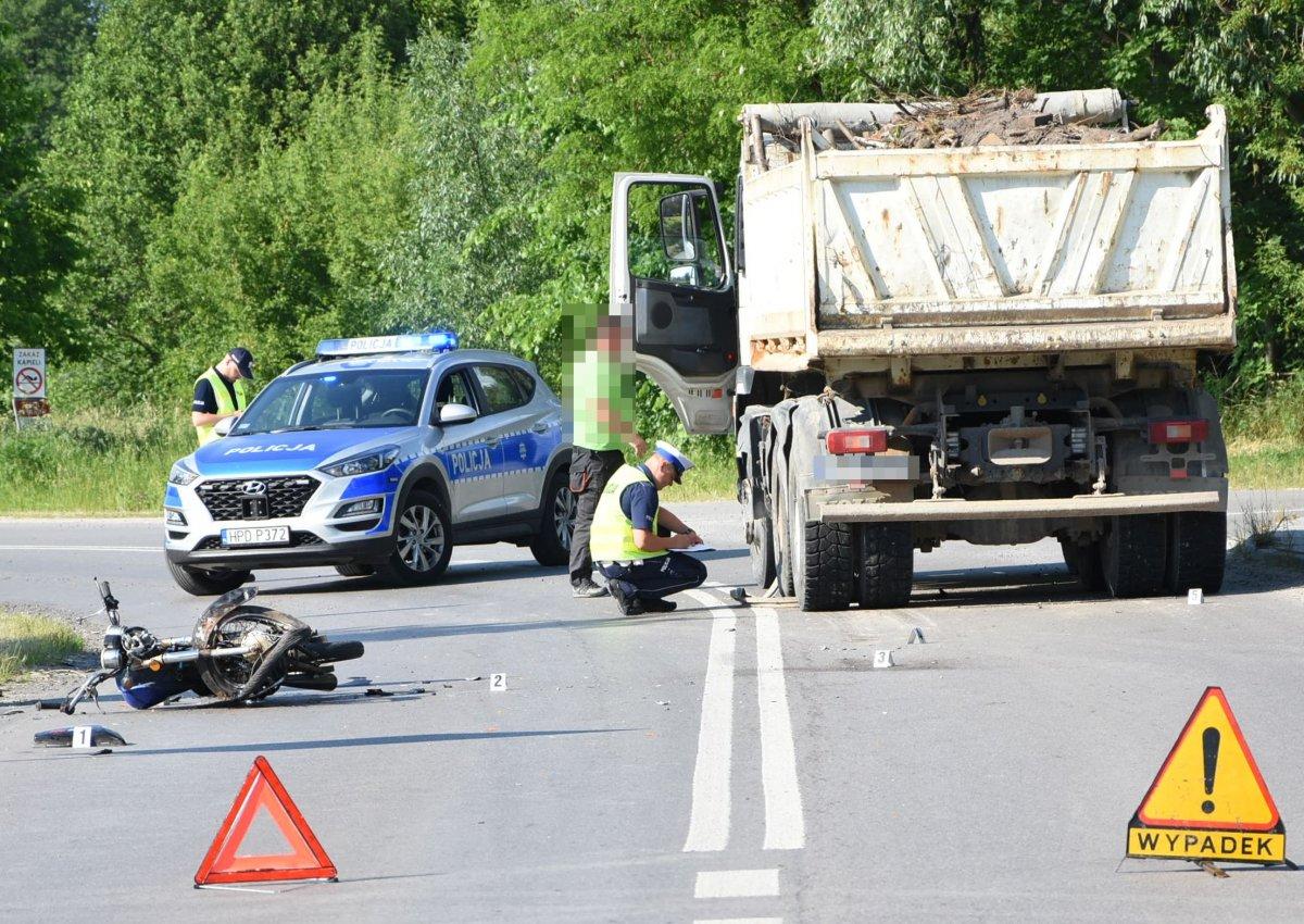 Zderzenie motoroweru z ciężarówką - Zdjęcie główne