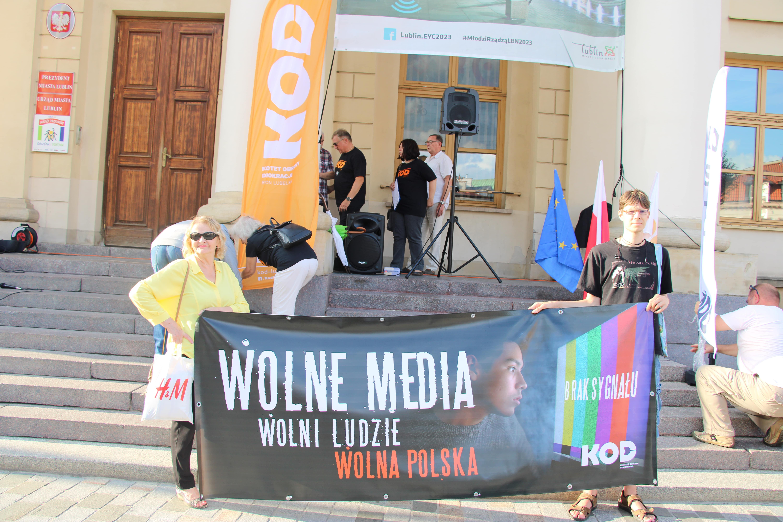 """Lublin: Pikieta """"Wolne media Wolni ludzie Wolna Polska"""". Kilkaset osób w obronie mediów i przeciwko """"Lex TVN"""" [GALERIA, WIDEO] - Zdjęcie główne"""