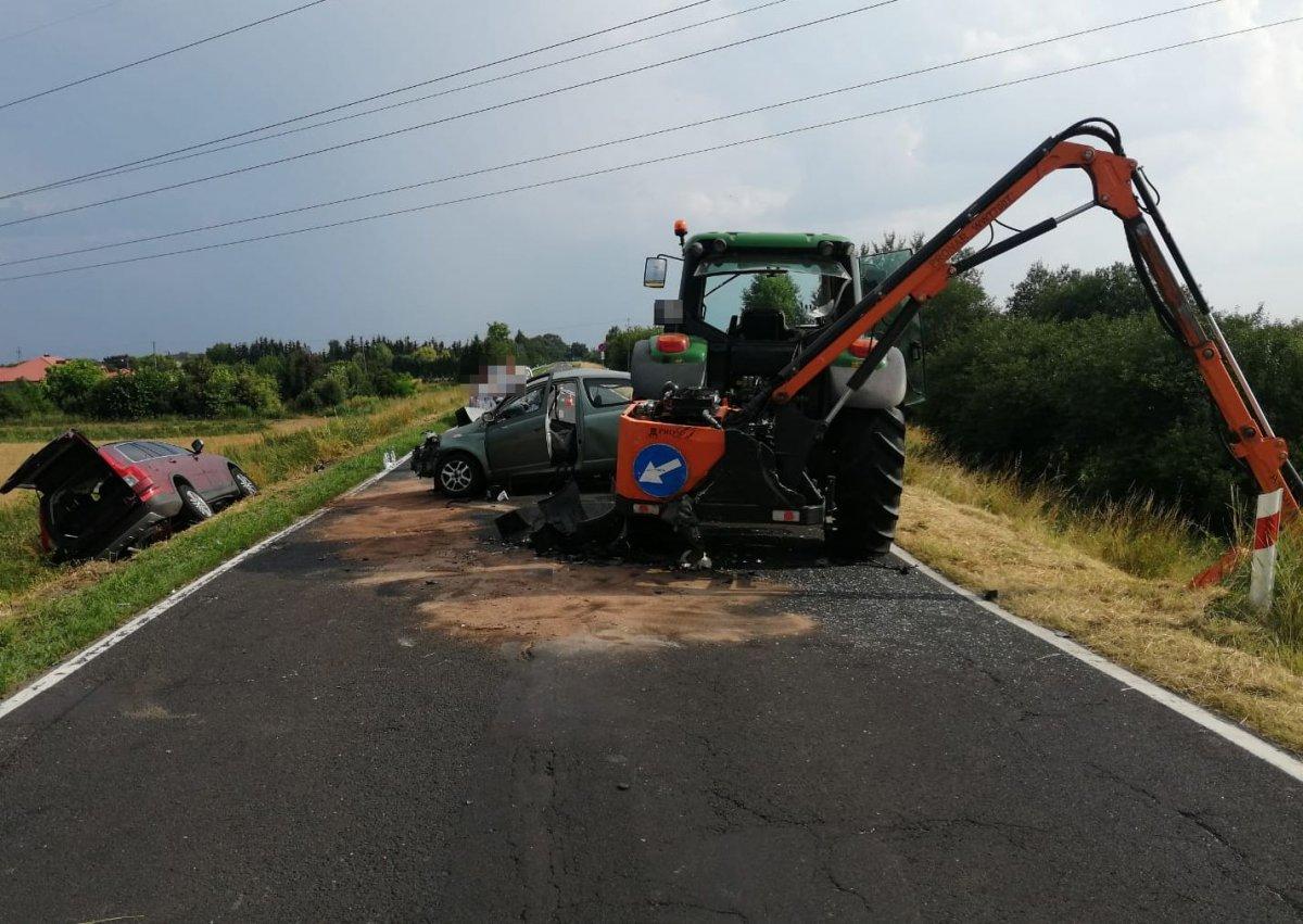 Zderzenie trzech pojazdów na drodze Puławy - Dęblin. Jedna osoba w szpitalu - Zdjęcie główne