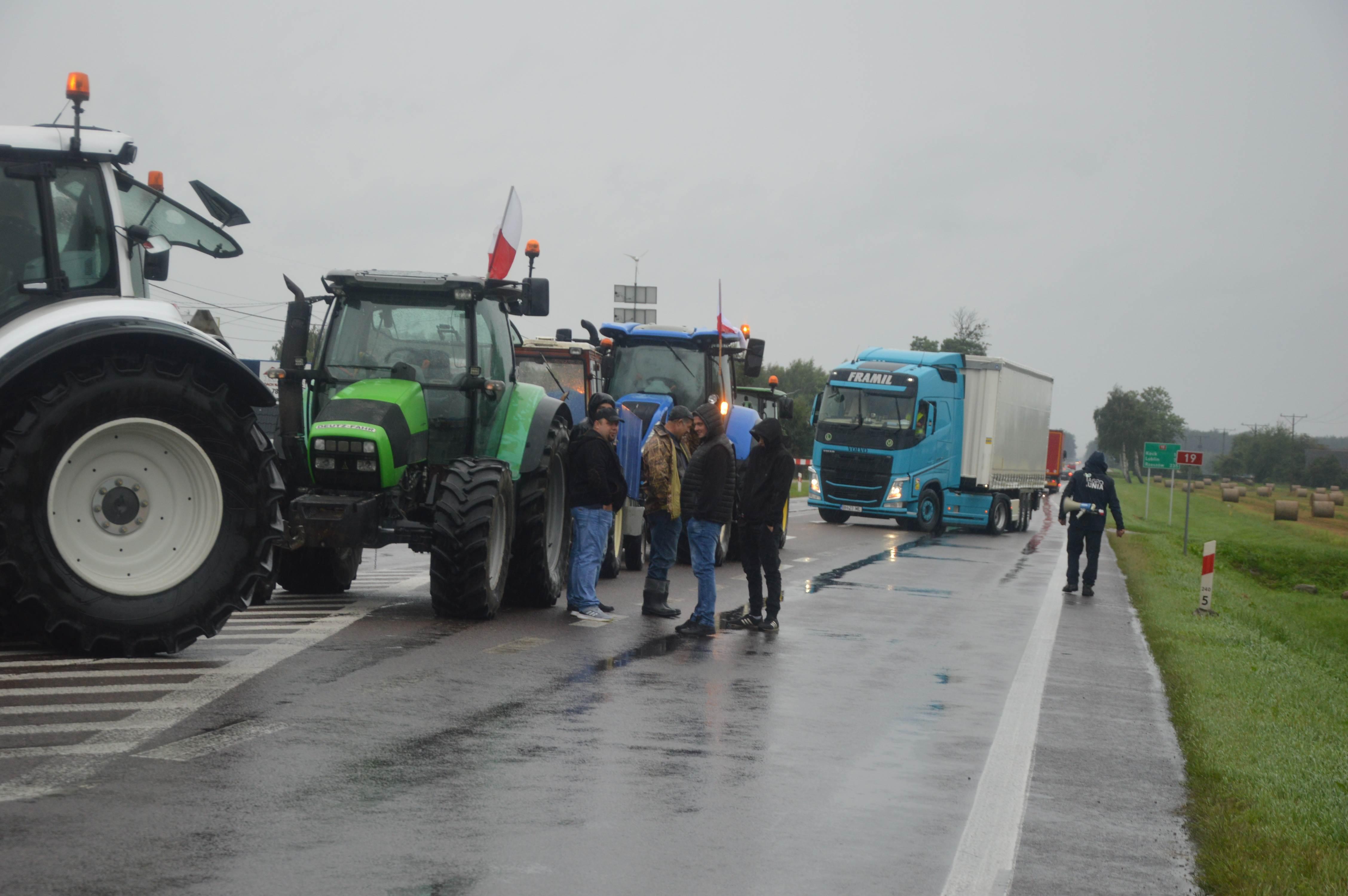 Rolnicy blokują dwie ważne drogi w regionie, w Radzyniu i Łukowie. To jest #wojna o wieś   - Zdjęcie główne