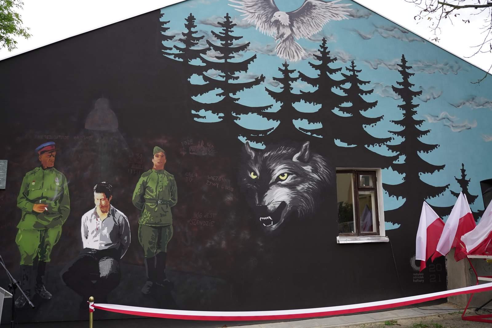 Przy budynku dawnego aresztu Gestapo i Urzędu Bezpieczeństwa przy ul. Warszawskiej 5a uroczyście odsłonięto pierwszy w Radzyniu  mural - Zdjęcie główne