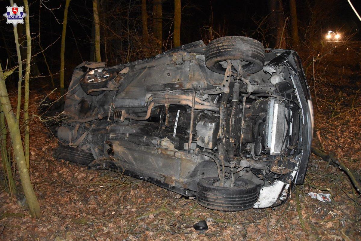 Borki: Pijany 21-latek w BMW. Wypadł z drogi i uderzył w drzewo - Zdjęcie główne
