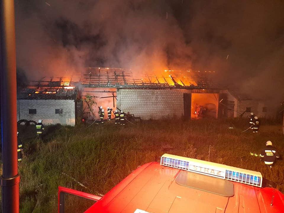 Siedem zastępów straży pożarnej gasiło pożar stodoły wypełnionej słomą w Wygnance  - Zdjęcie główne