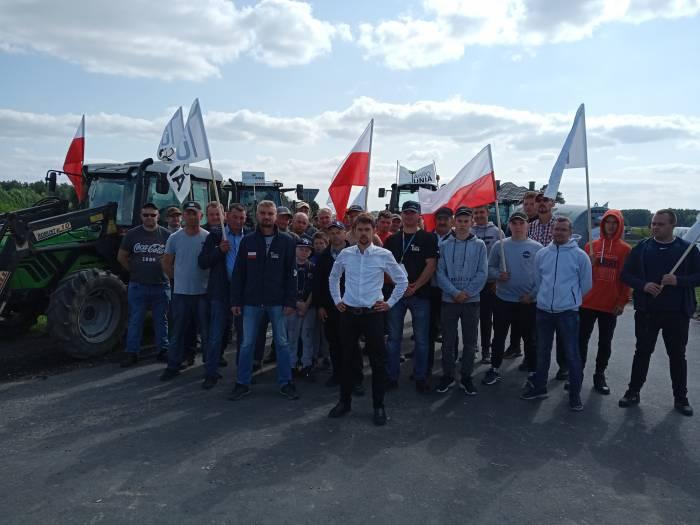"""Rolnicy zablokowali drogi. """"Morawiecki nas olewa"""". Nie będziemy pracować za miskę ryżu - Zdjęcie główne"""