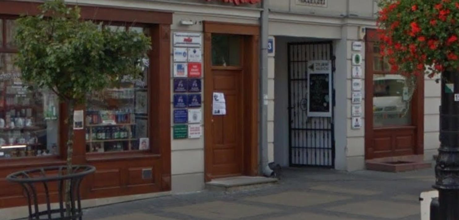 Lublin: Zniszczono drzwi i elewację budynku siedziby PiS. Policja szuka sprawców - Zdjęcie główne