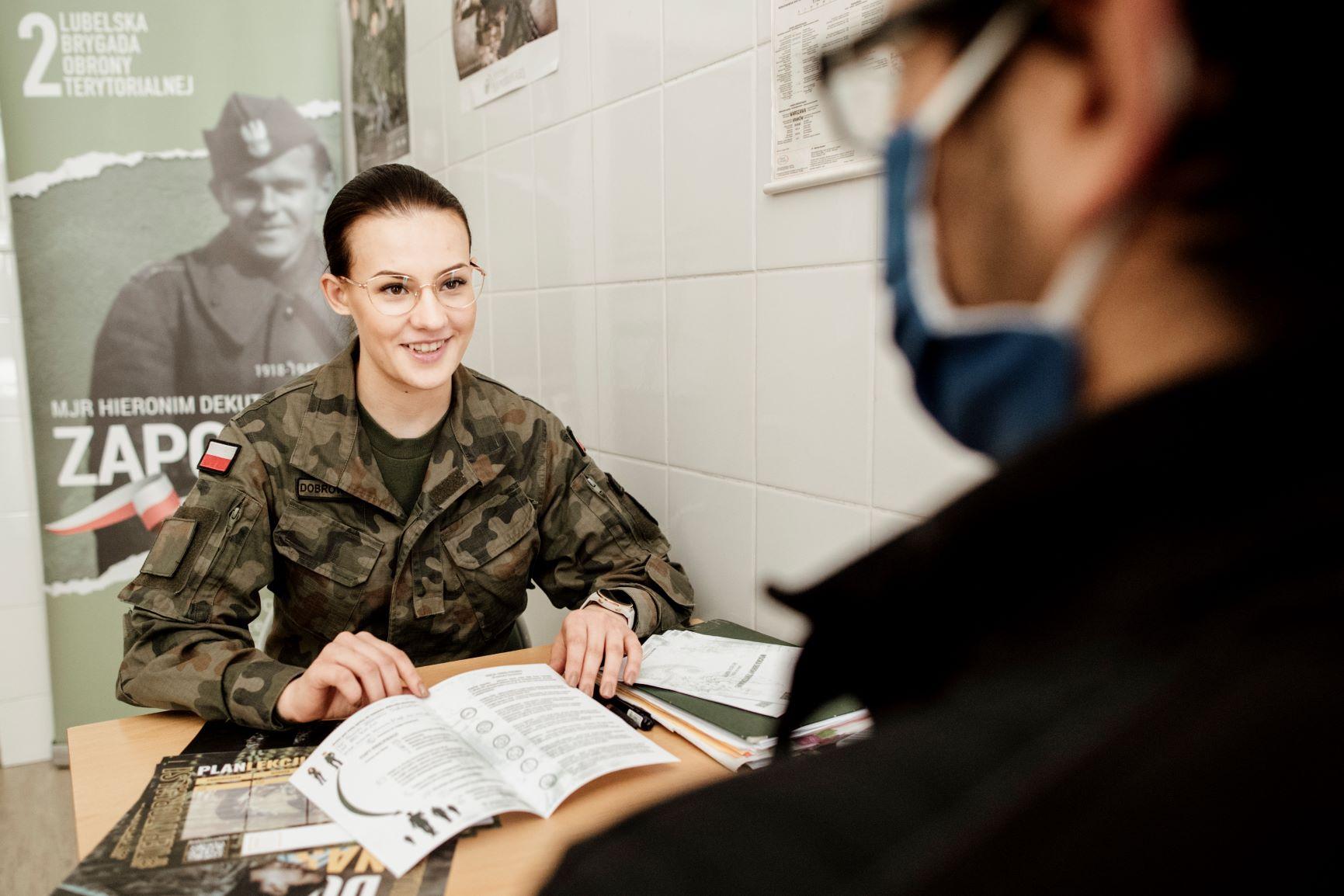 Województwo lubelskie: Trwa kwalifikacja wojskowa. Wzywane są też kobiety, obecni są terytorialsi - Zdjęcie główne