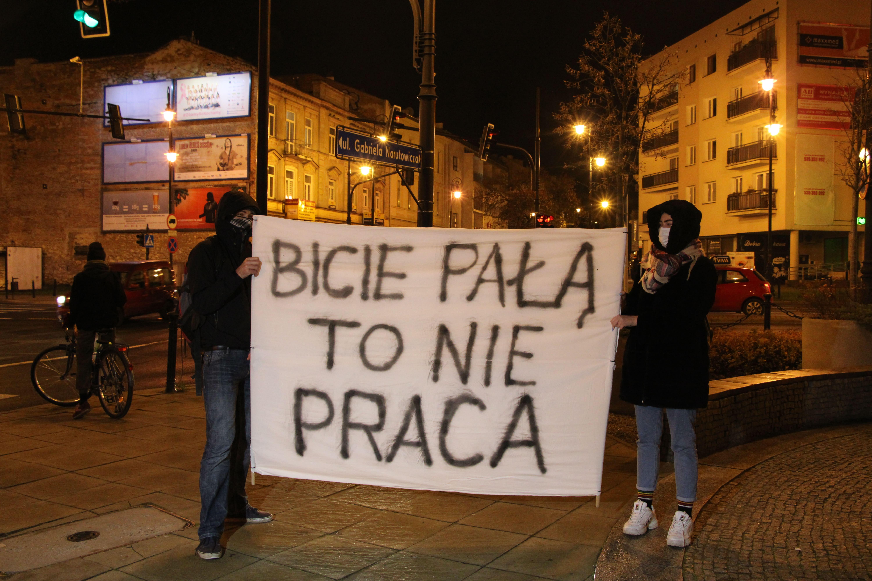 """Marsz """"Nie damy się zastraszyć"""" w Lublinie. Manifestująca: Policjanci - ogarnijcie się, bo przekraczacie swoje uprawnienia [GALERIA] - Zdjęcie główne"""