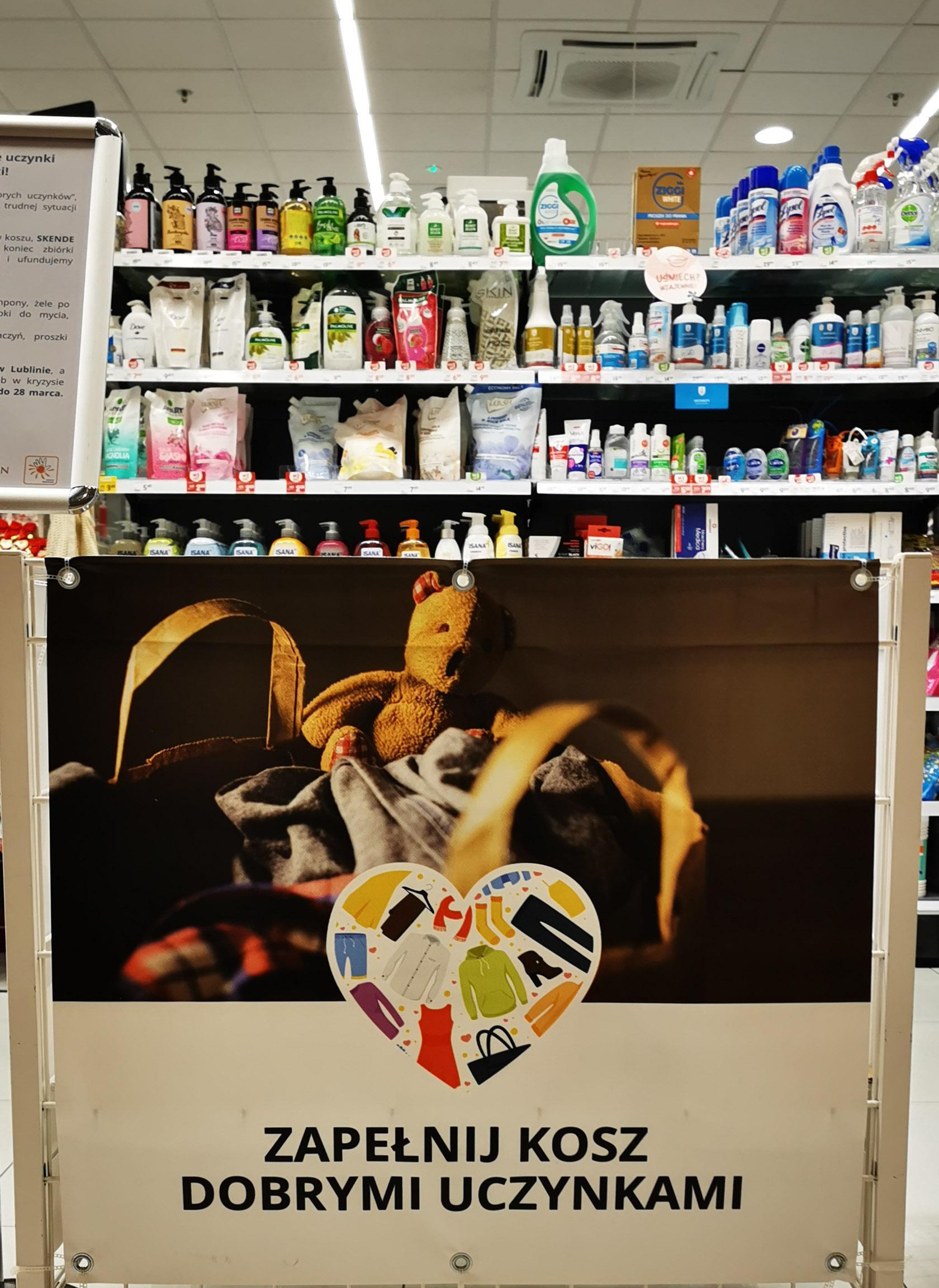 """Trwa akcja """"Szafa dobrych uczynków"""" w Lublinie. Zbierane są ubrania i środki czystości - Zdjęcie główne"""