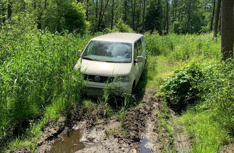 Kradzione auto porzucili w lesie niedaleko Lublina - Zdjęcie główne